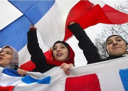 فرانسه به دنبال ممنوع کردن روسری برای دختربچهها