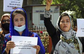زنان افغان در اعتراض به پوششهای «وارداتی» اسلامی کارزار #به لباسم دست نزن را آغاز کردند