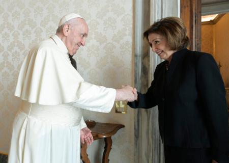 «جدایی دین از سیاست»؛ توجیه پاپ برای دیدار با نانسی پلوسی